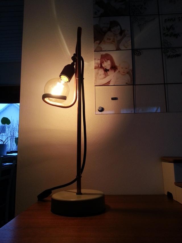 Lampe i beton eller cement og kobber